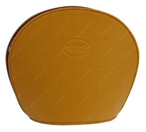 Žlutá kožená kabelka kulatého tvaru