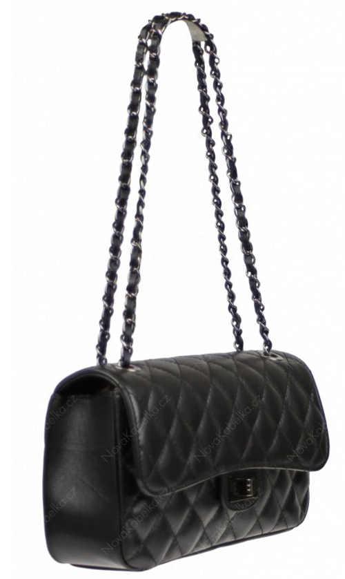 Černá kožená kabelka s kovovým řetízkovým popruhem