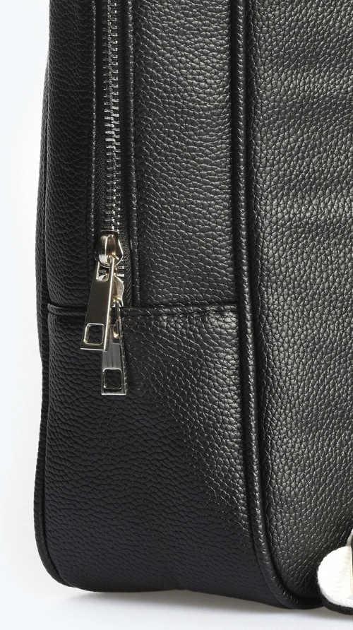 Jednobarevný černý batoh z umělé kůže