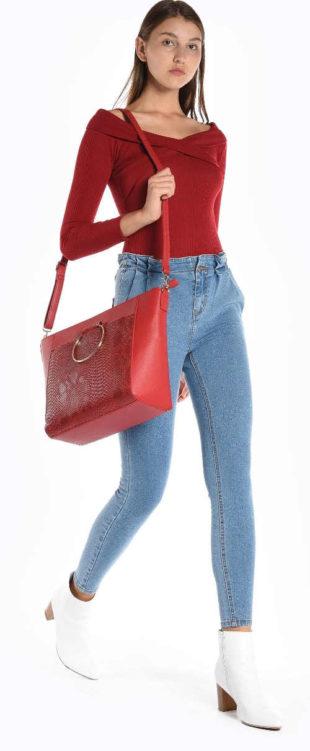 Velká červená nákupní kabelka přes rameno