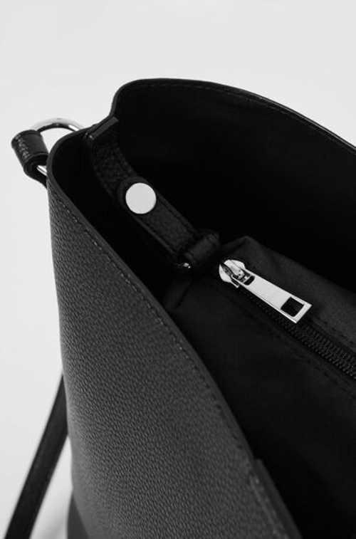 Moderní a nadčasová kabelka v černém provedení