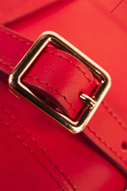 Červená dámská kožená kabelka se zlatou přezkou