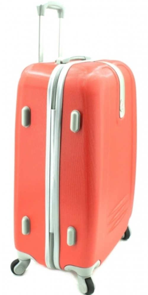 Červený cestovní skořepinový kufr na čtyřech kolečkách
